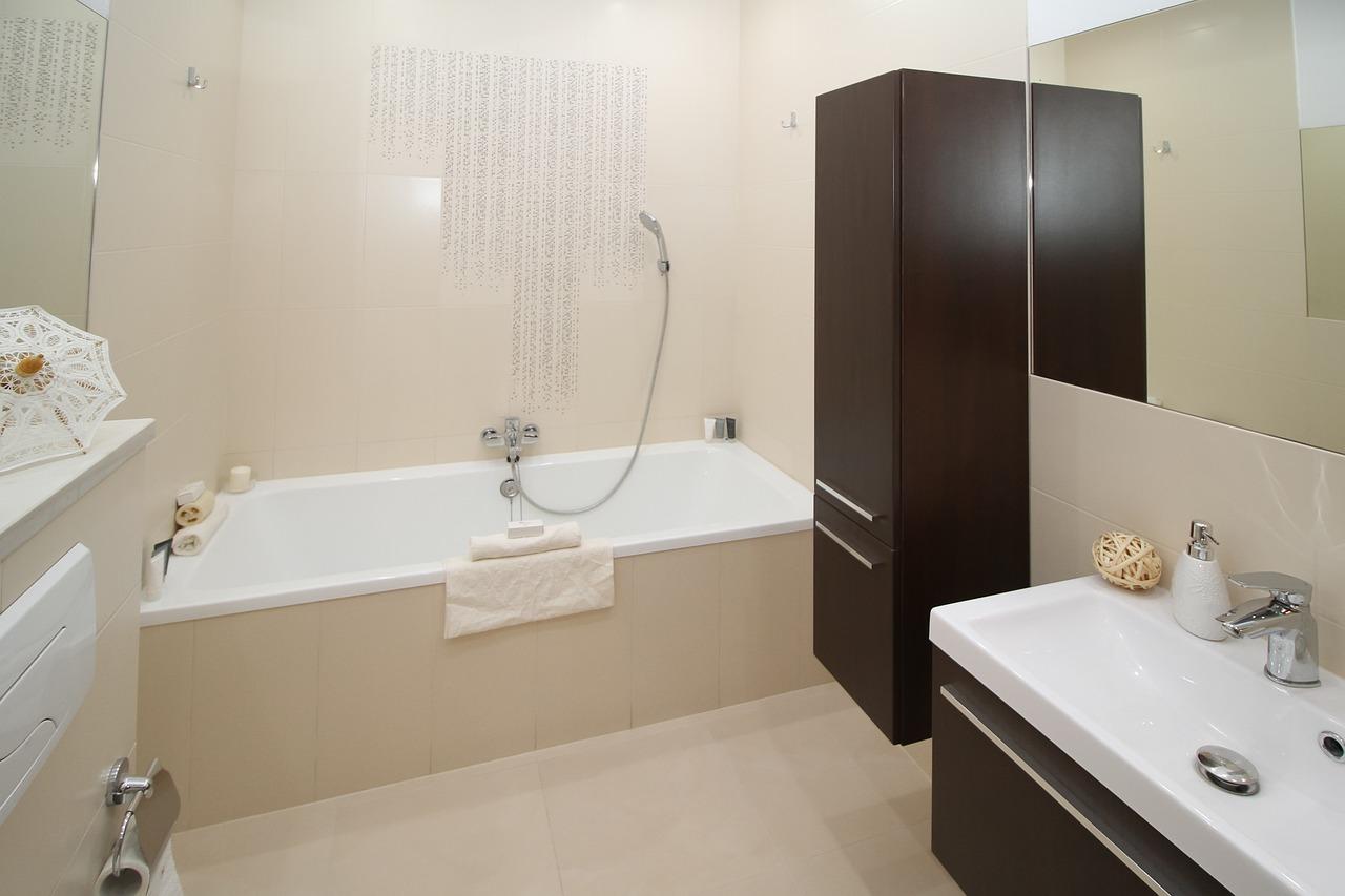 Jak urządzić małą łazienkę z wanną?