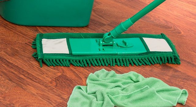 Mop parowy czy mop ze spryskiwaczem – który wybrać?
