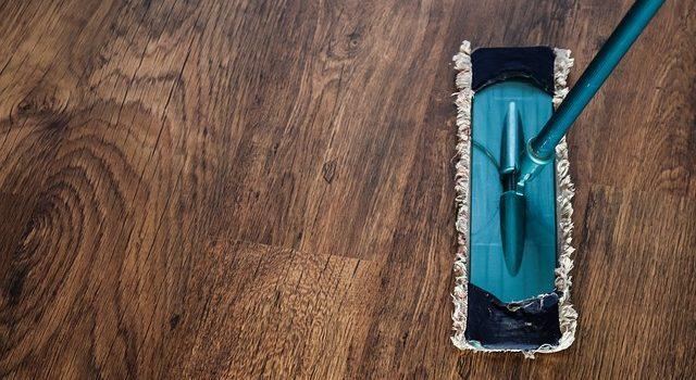 Płyny do mycia podłóg i środki do czyszczenia dywanów, które zadbają o Twój dom